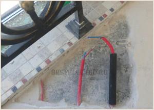 Поврежденный кабель обрезается и зачищаются концы